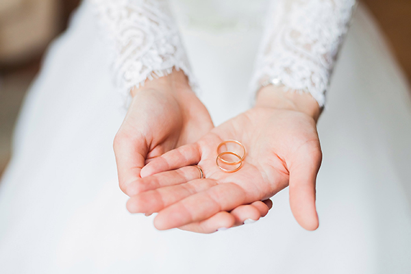 bride-holding-wedding-rings
